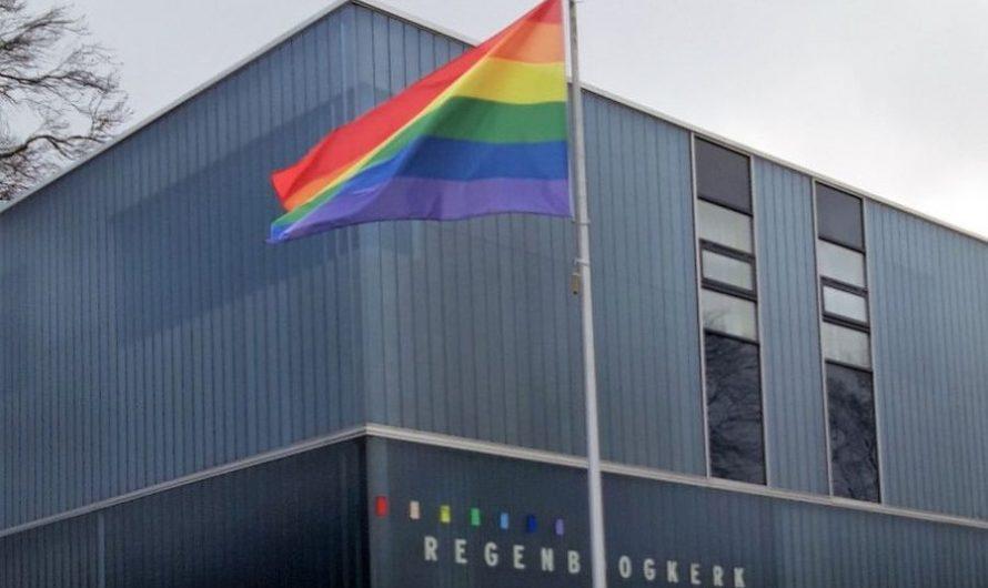 Regenboogkerk: regenboogvlag in top